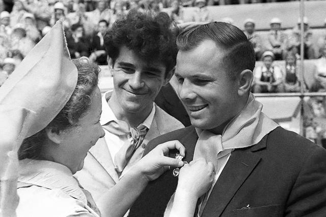 Юрий Гагарин и Герман Титов во время посещения Всесоюзного пионерского лагеря «Артек». 1961