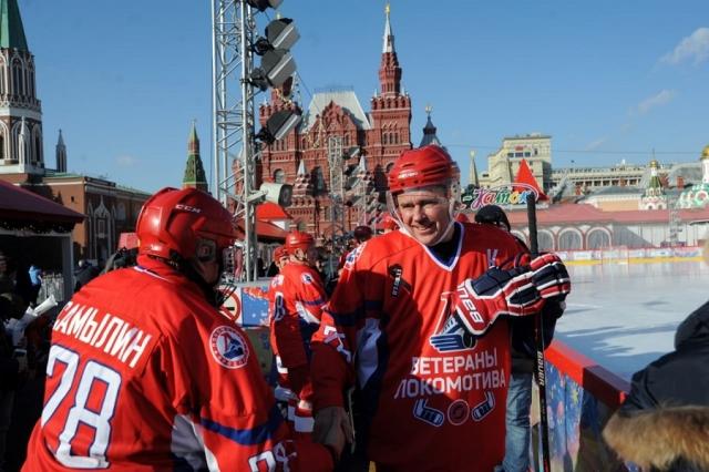 Ярославский губернатор сыграл в хоккей на Красной площади