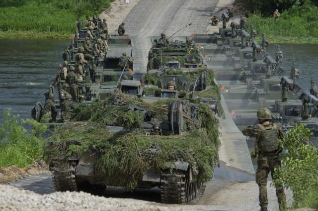 Войска НАТО преодолевают реку на учениях в Литве