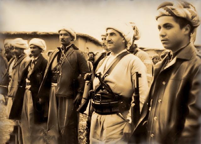 Мустафа Барзани (второй справа)