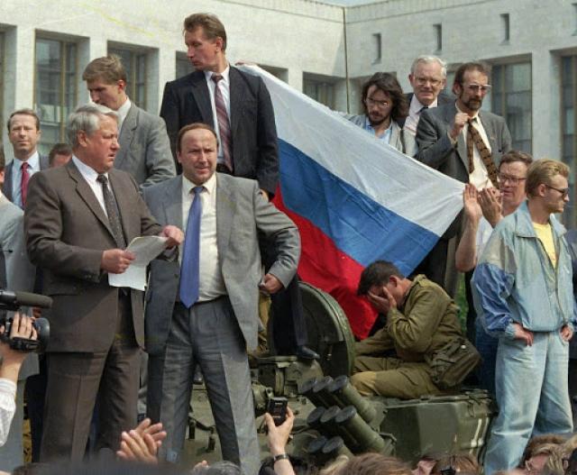 Борис Ельцин (слева), Александр Коржаков и Виктор Золотов у Белого дома в августе 1991 года