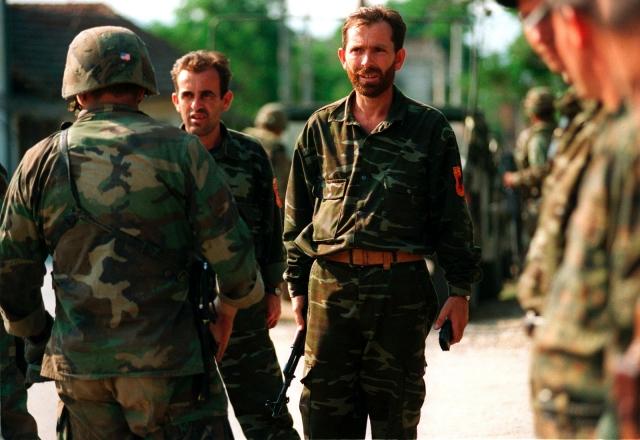 Бойцы «Освободительной армии Косово» и американский инструктор