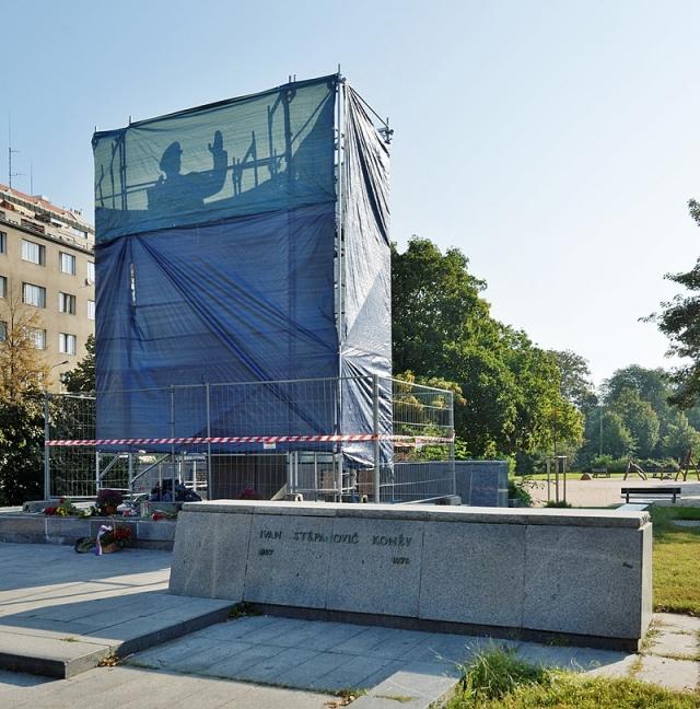 Памятник маршалу Коневу, закрытый брезентом. 30 августа 2019. Прага