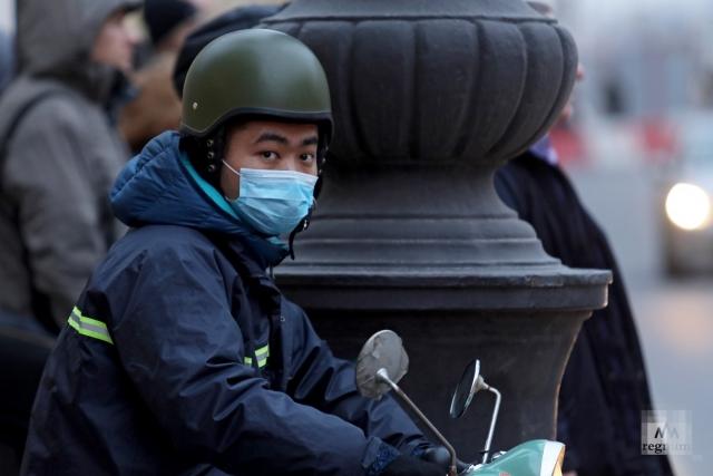 Мужчина в маске на улице