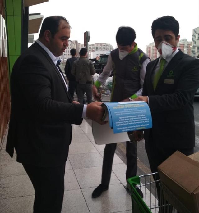 Раздача листовок о борьбе с коронавирусом в Баку. Азербайджан