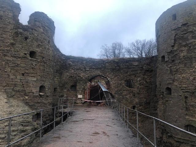Разрушенный вход в крепость Копорье.