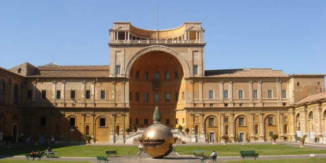 Двор сосновой шишки в Ватикане