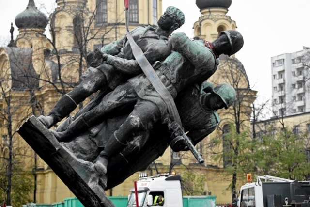 Снос советского памятника в Польше