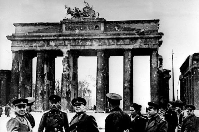 Жуков развалинами Берлина удовлетворен. 1945