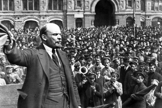 Владимир Ленин выступает в Петрограде