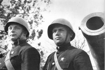 На батарее капитана Драпушко. Марк Семенович Драпушко (справа) командовал береговой батареей № 19, убит прямым попаданием авиабомбы во время третьего этапа штурма Севастополя 7 июня 1942 года