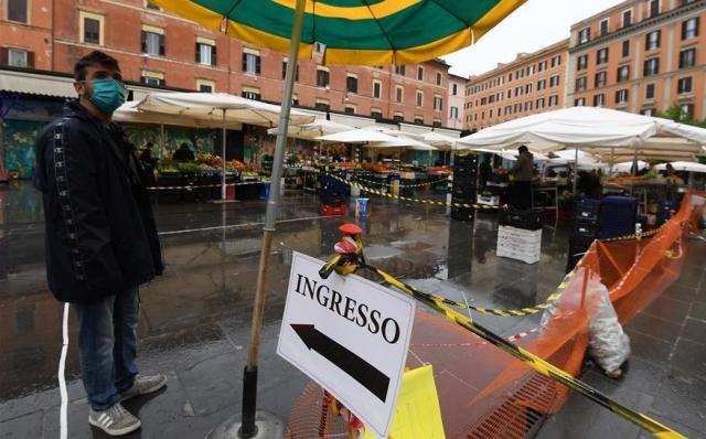 Закрытое на время карантина кафе в Италии