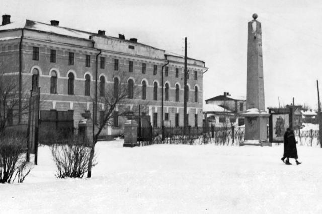 Факультет повышения квалификации медицинских работников и Александровский обелиск. Оренбург. Оренбургская область. 1945