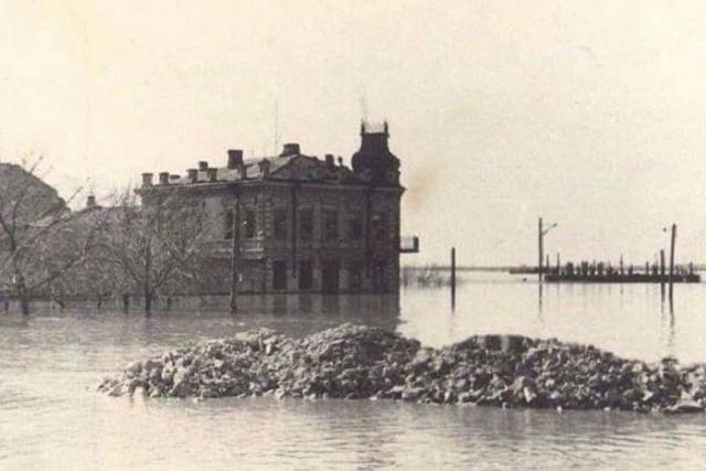 Дом по ул. Набережная, 2 в наводнение. Оренбург. Оренбургская область. 1942