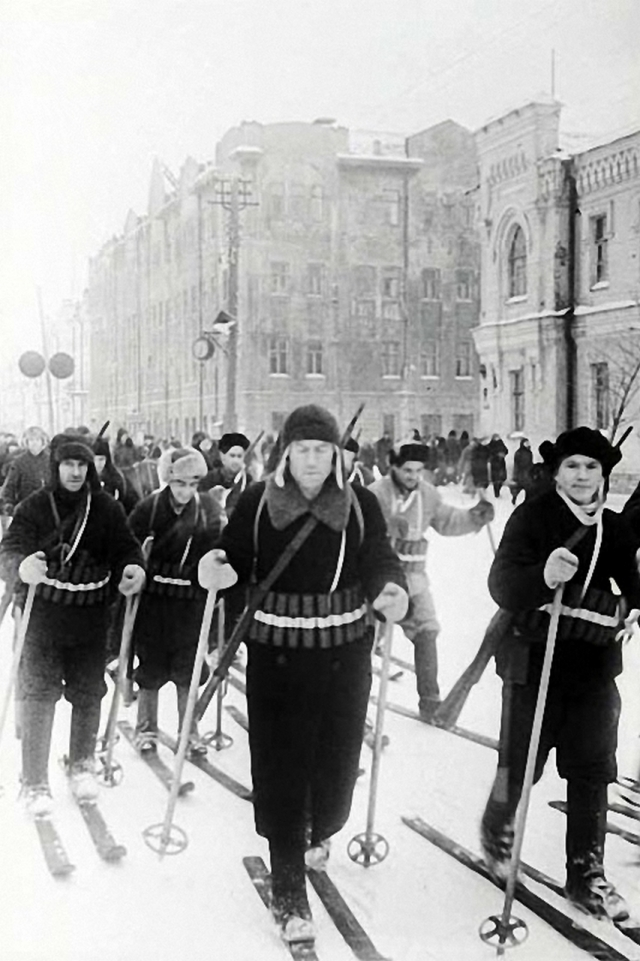 Чкалов. Бойцы-лыжники Всевобуча на параде. Оренбург. Оренбургская область. 1942