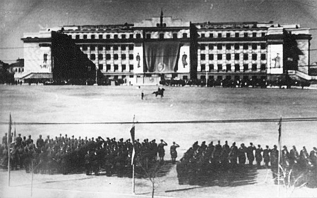 Военное построение на площади у Дома Советов