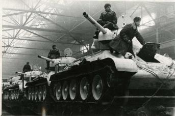 Кировский завод в Челябинске. Т-34 на жд-платформах