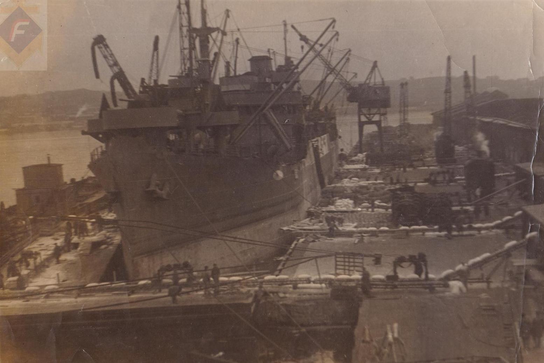 Выгрузка парохода Менделеев (Beauregard) во Владивостоке. 1945 г.
