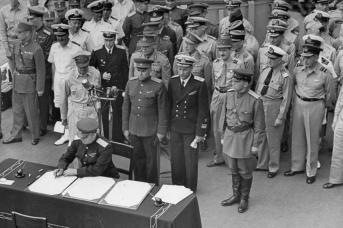 От имени СССР генерал-лейтенант Кузьма Деревянко подписывает акт о капитуляции Японии на борту линкора «Миссури». 2 сентября 1945 года