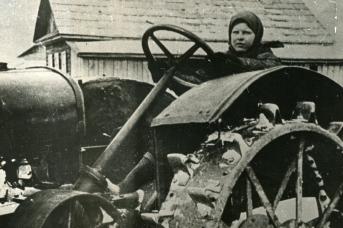 Трактористка колхоза «Валдгейм» Мария Демченко. 1943 г. ЕАО