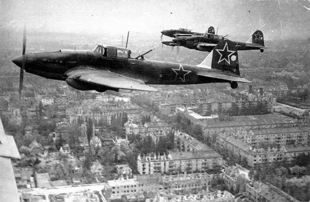 Штурмовики Ил-2 над Берлином