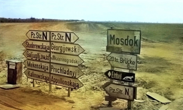 Немецкие указатели на въезде в город Моздок. 1942