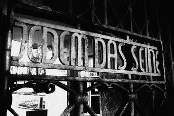 «Каждому своё» — надпись на входе в лагерь Бухенвальд