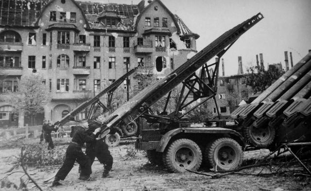 Советские артиллеристы готовят к залпу реактивный миномет БМ-13 «Катюша» во время боев в Берлине. 29 апреля 1945 года