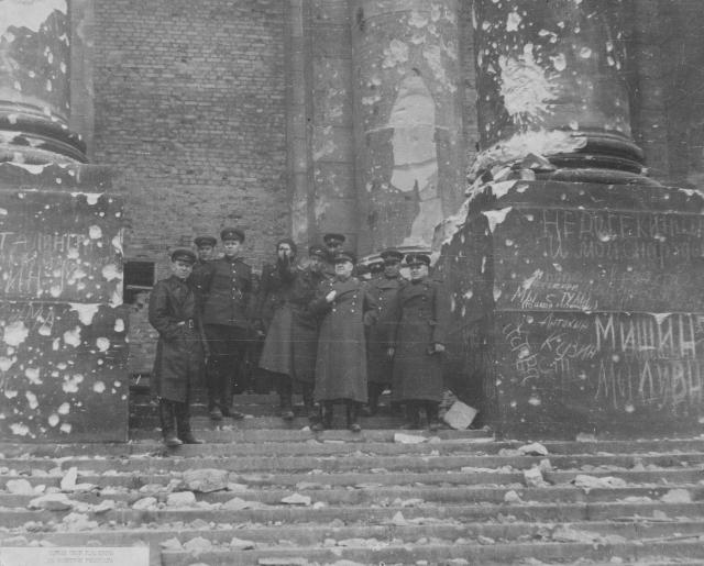 Командующий 1-м Белорусским фронтом маршал Георгий Константинович Жуков c группой офицеров на ступенях Рейхстага. 3 мая 1945 года