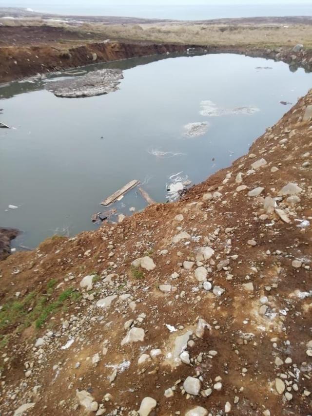 Загаженный рыбными отходами карьер вблизи посёлка Озерновский