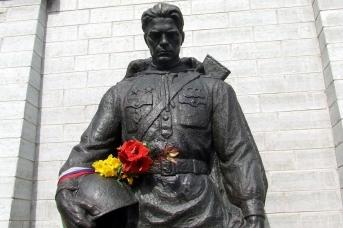 Монумент «Бронзовый солдат» на Военном кладбище Таллина