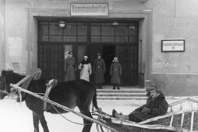 У входа в городскую комендатуру. Смоленск в период оккупации
