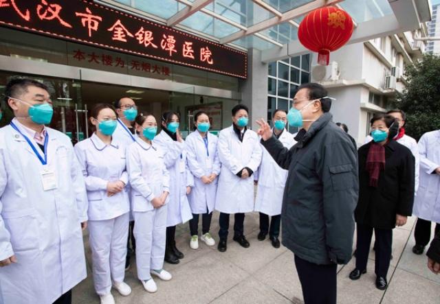 Премьер-министр КНР Ли Кэцян проверяет работу по борьбе с эпидемией в Ухане