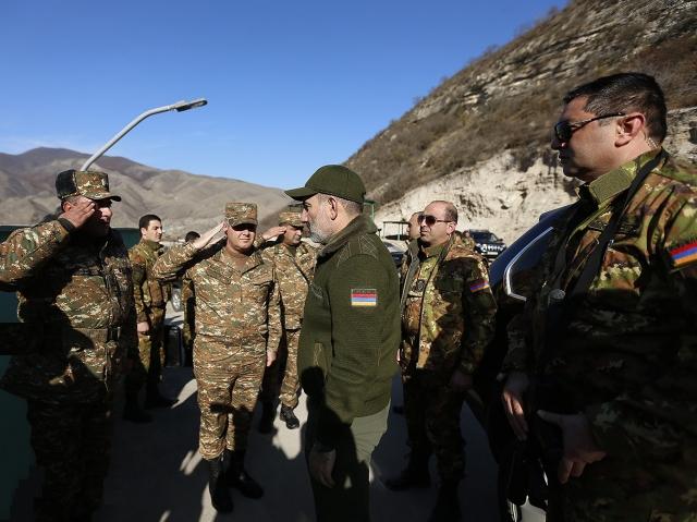 Премьер-министр Никол Пашинян вместе с президентом Республики Арцах Бако Саакяном посетил дислоцированные на северном участке приграничные позиции Армии обороны