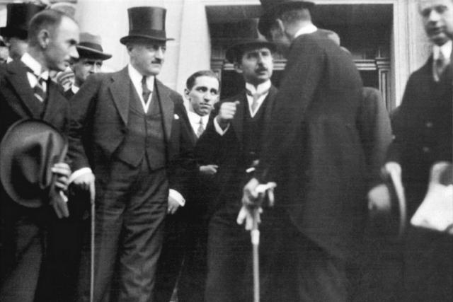 Турецкая делегация после подписания Лозаннского договора