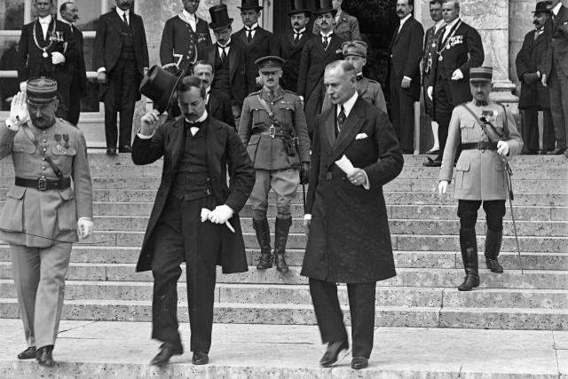 Подписавшие договор со стороны Венгрии Агошт Бенард (слева, снимает цилиндр) и Альфред Драше-Лазар