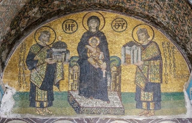 Императоры Константин и Юстиниан перед Богородицей.  Фреска византийского периода в храме Святой Софии в Стамбуле