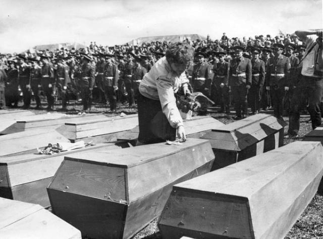 Массовое захоронение останков погибших воинов на братском кладбище неподалёку от деревни Мостки. 1985