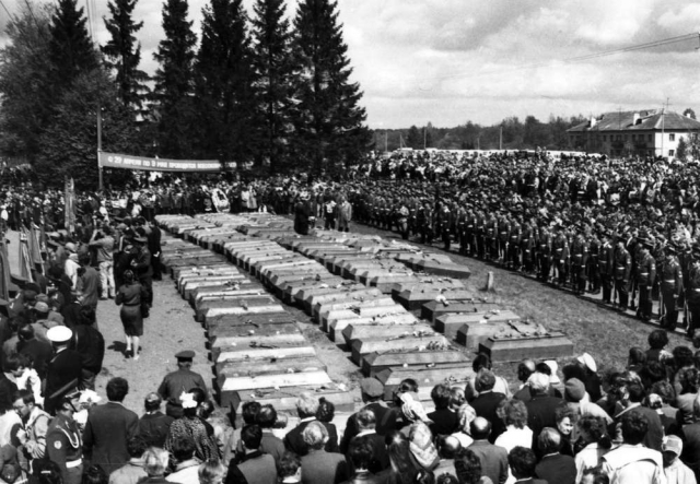 Массовое захоронение останков погибших воинов на братском кладбище. 1988