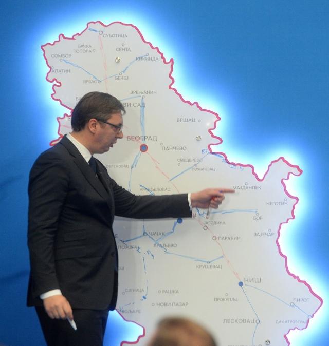 Александр Вучич у карты Сербии