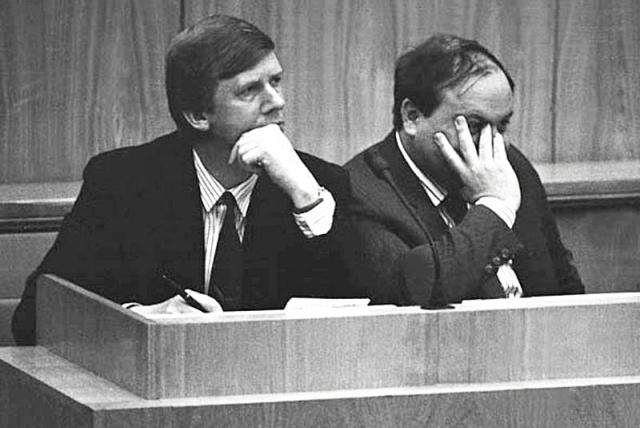 Анатолий Чубайс и Егор Гайдар на обсуждении депутатами плана экономических реформ. 1990-е