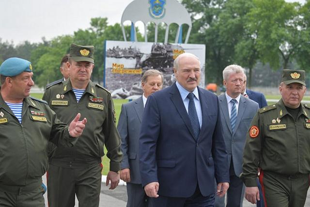 Александр Лукашенко во время посещения 38-й Брестской отдельной гвардейской десантно-штурмовой Венской Краснознаменной бригады