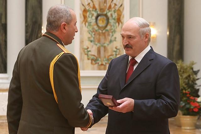 Александр Лукашенко награждает орденом «За службу Родине» III степени главу МВД Белоруссии Юрия Караева
