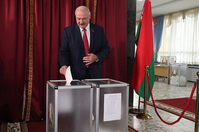 Александр Лукашенко на избирательном участке
