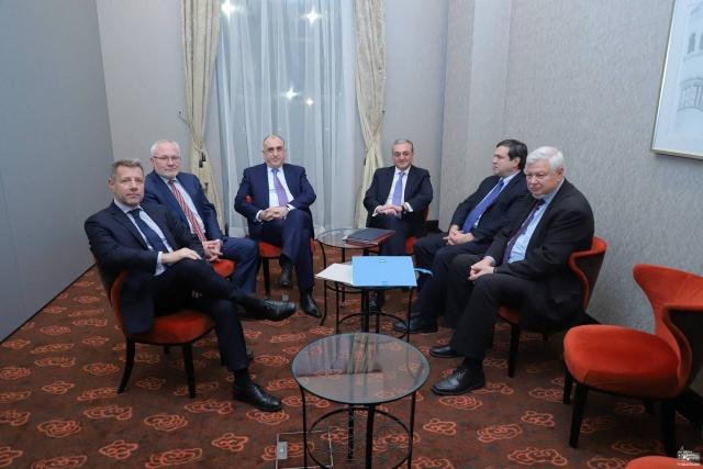 Пашинян и Алиев всё бегут и бегут по замкнутому кругу