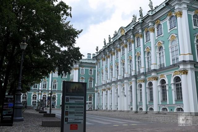 Государственный Эрмитаж со стороны Большого Двора в преддверии открытия