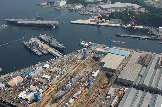 Авианосец на американской базе в порту города Йокосука. Япония