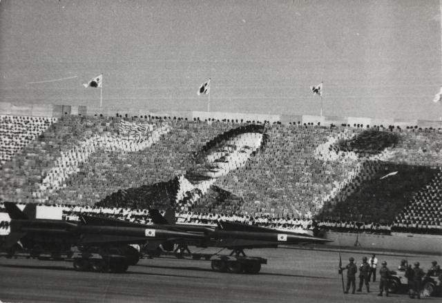 Военный парад в Южной Корее с портретом генерала и президента Пак Чон Хи. 1973