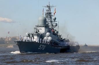 Малый ракетный корабль «Пассат» во время Главного военно-морского парада в честь Дня Военно-Морского Флота России