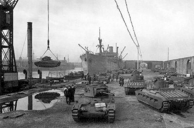 Выгрузка танков «Матильда» в Архангельском порту. 1941 год